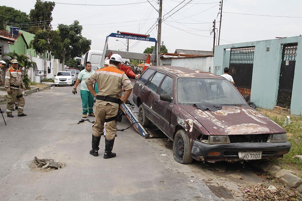 Cinco veículos abandonados foram retirados de bairros da zona Norte de Manaus