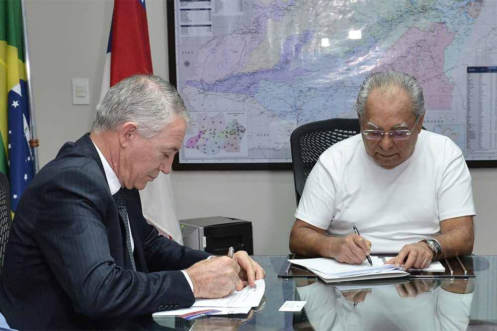 Amazonino assina contrato para construção de moradias