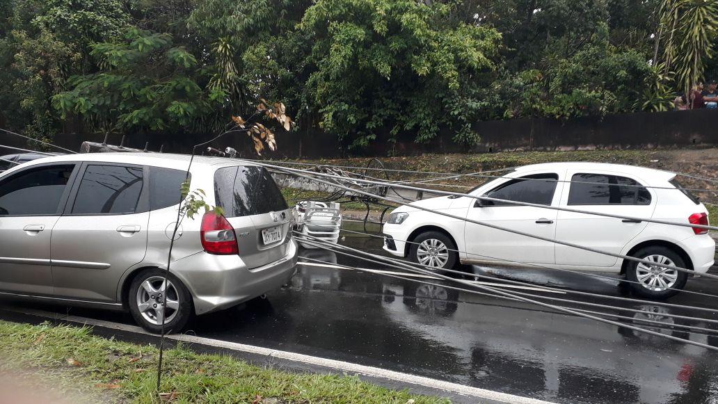 Circuito Unimed 2018 : Após chuva postes caem em cima de carros na cosme ferreira